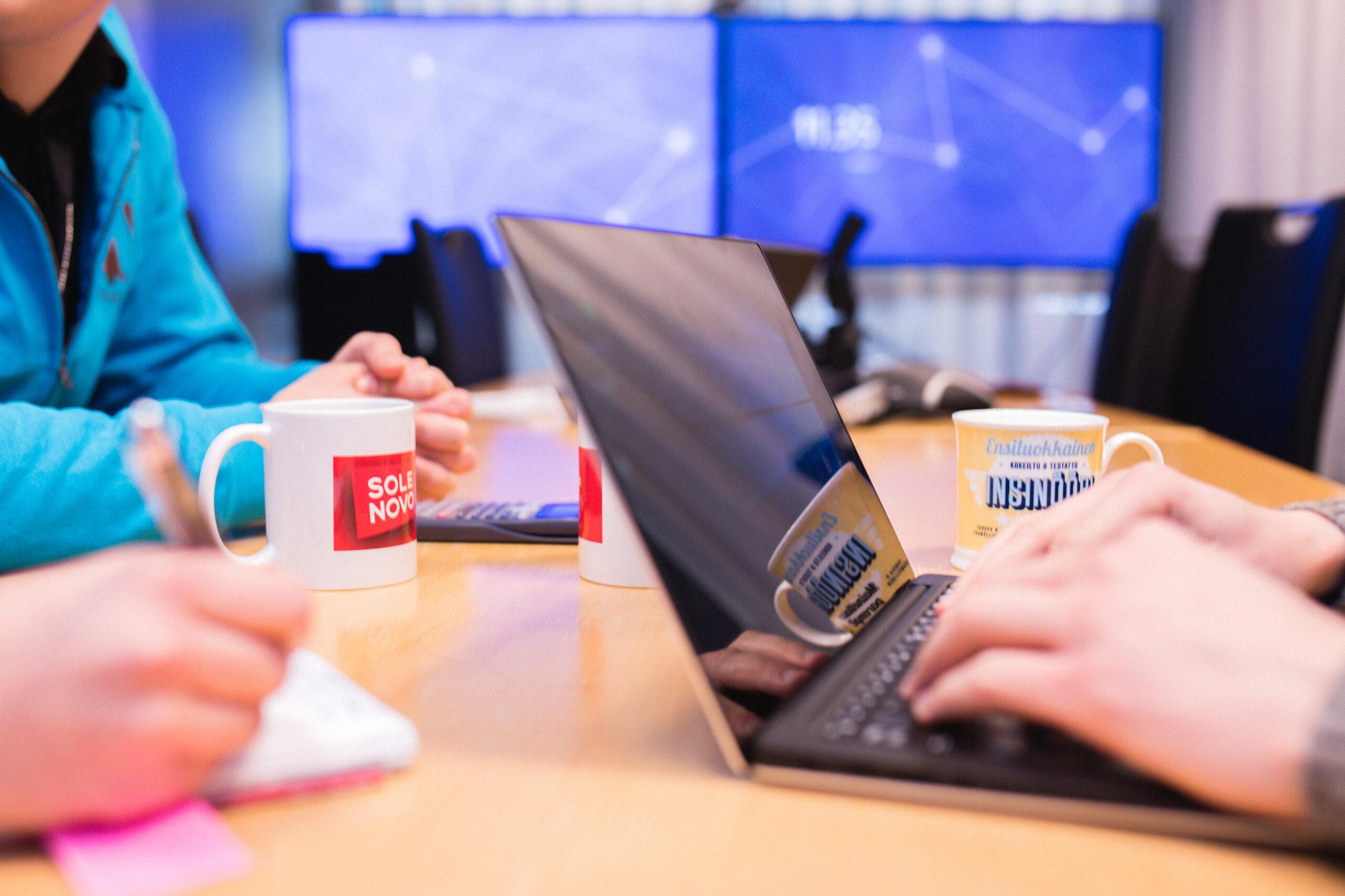 Ihminen käyttämässä tietokonetta